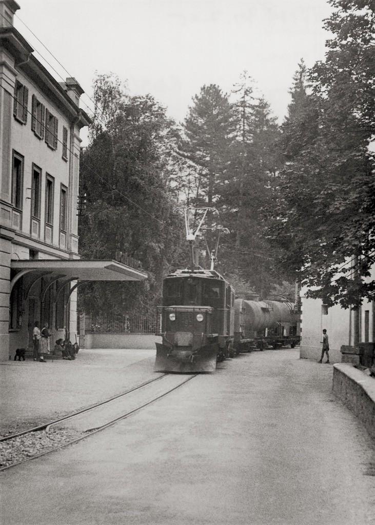 Un treno merci transita davanti al Grand Hotel Le Prese http://www.historic-rhb.ch/st-moritz-tirano-693.html
