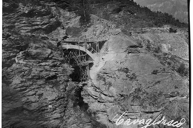 Costruzione di un ponte sul Cavagliasco in Valposchiavo, 1900. Foto di Francesco Olgiati http://www.swissinfo.ch/ger/multimedia/die-geburt-einer-bahnlinie/8808312
