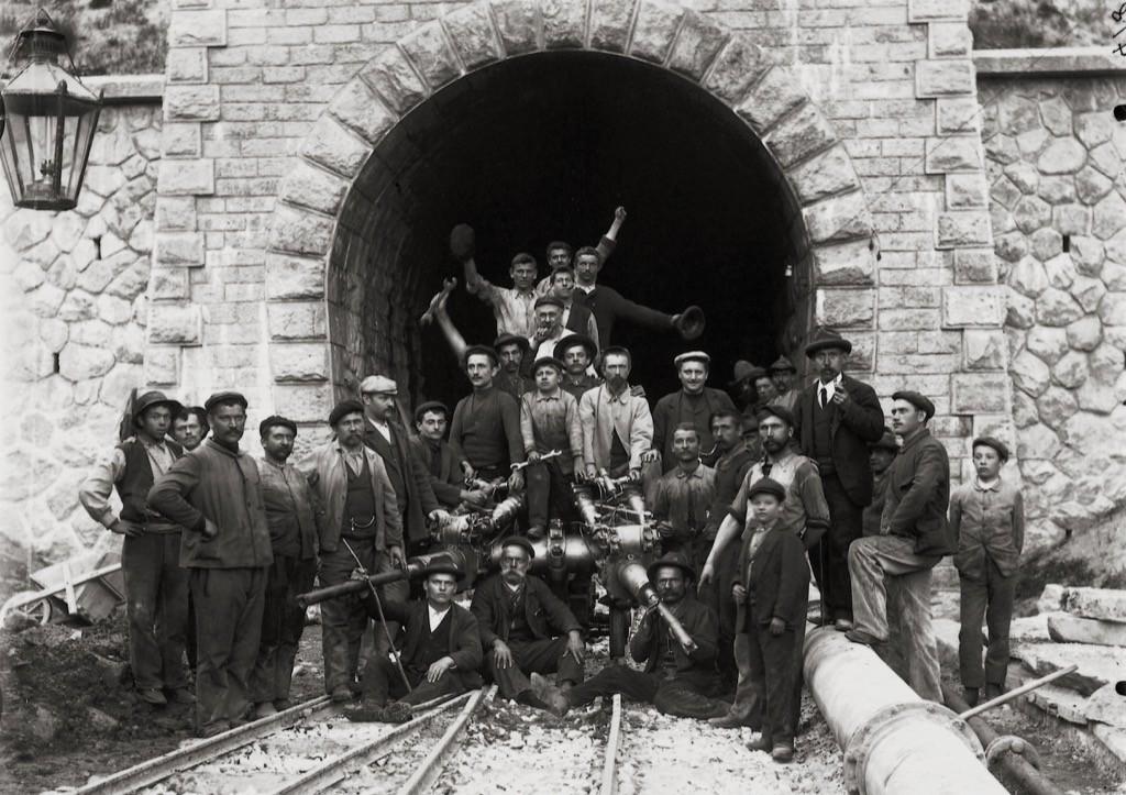 Cambio turno nella costruzione del Tunnel dell'Albula © Historic RhB www.historic-rhb.ch/thusis-samedan-st-moritz-pontresina-692.html