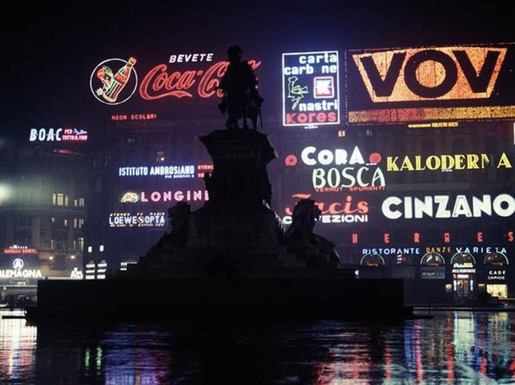Insegne pubblicitarie in Piazza Duomo a Milano (da blog.urbanfile.org)