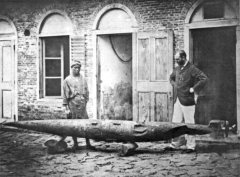Robert Whitehead con suo figlio John e un prototipo di siluro nel 1875 da Wikimedia Commons)