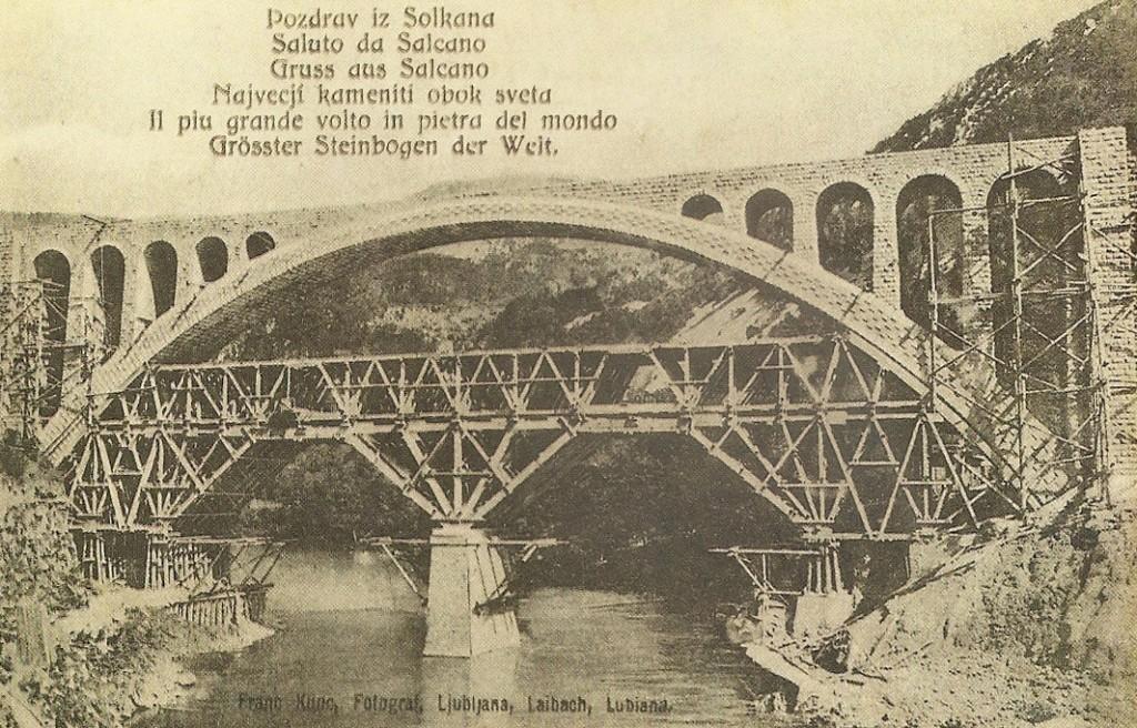 L'originale Ponte di Salcano in costruzione, nel 1906 (Wikimedia Commons)